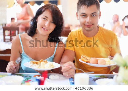 Married couple having breakfast at restaurant, Have control over plates