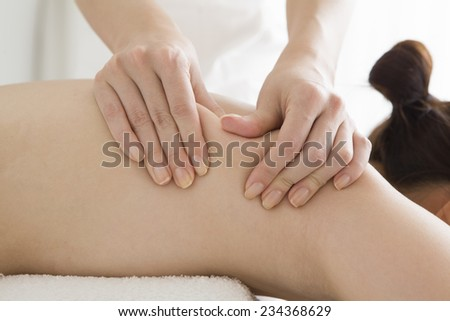 Massage dropping the fat of the back