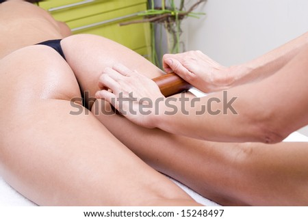 massage to relax in the back of a woman