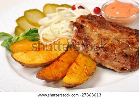 meat with  potato, vegetables and sauce