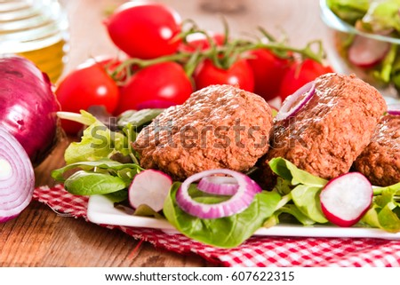 Meatballs with salad.