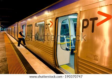 ملبورن، أوس - أبر 11 2014: مترو قطار القطارات ملبورن الأمن. وهو يسافر أكثر من 30 مليون كيلومتر وخدمة أكثر من 228 مليون عميل سنويا ويحمل أكثر من 415،000 مسافر كل يوم من أيام الأسبوع.