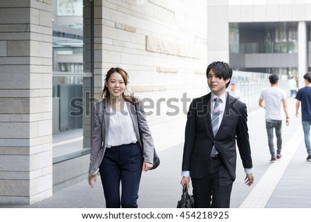 Men and women who walk the business district (Business Image colleague)