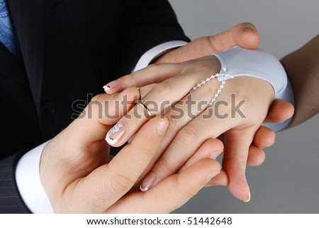 men wear the wedding ring on the finger