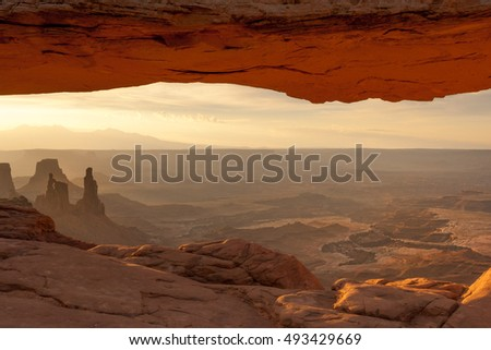 Mesa Arch at sunrise, Canyonlands National park, Utah, USA