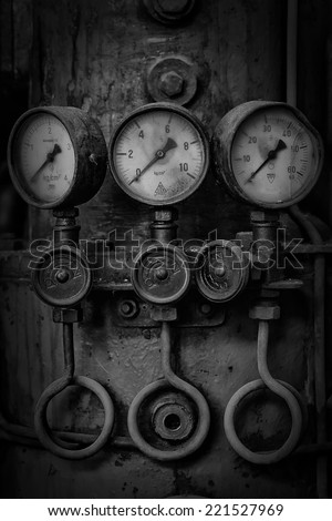 meter physical values ??to a period machine black and white