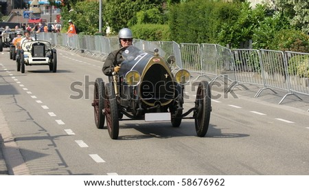 MIDDELHARNIS - AUGUST 6: The Grand Prix of Middelharnis shows vintage cars racing through the streets on august 6 , 2010 in Middelharnis, Netherland