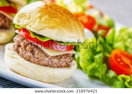 Mini Hanburger With Mixed Salad