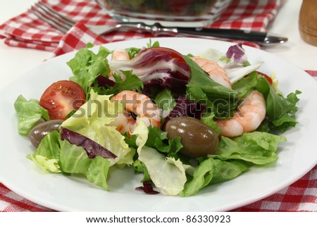 mixed leaf salad with shrimp and tomatoes