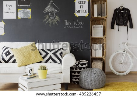 Modern designed room interior black wall stockfoto lizenzfrei