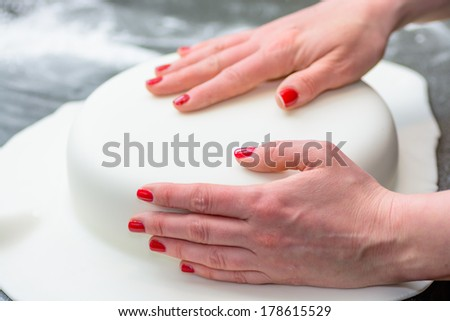 Molding Icing around a fresh cake