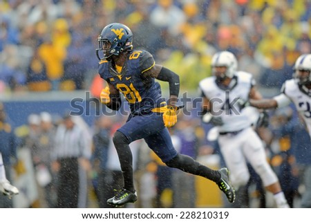 MORGANTOWN, WV - November 1: West Virginia Mountaineers wide receiver Vernon Davis (81) runs through a steady rain during the Big 12 football game November 1, 2014 in Morgantown, WV.