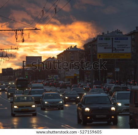 Moscow, Leninsky Prospect, autumn,  dirty streets, road, traffic , sunset, November 26, 2016