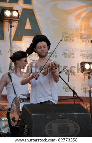 MOSCOW, RUSSIA - JUN 5: Participants of traditional festival of a folk music Wild Mint on June 5, 2010 in Moscow, Russia. Group Otava-yo.