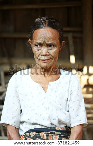 MRAUK U, MYANMAR - JAN 19: Unidentified portrait of Chin woman with spider facial tattoo with rare in shin village on Jan 19, 2016 in Mrauk U, Myanmar.