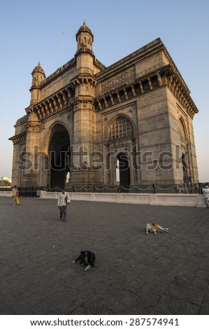 MUMBAI/INDIA 19th JANUARY 2007 - Dogs lie in front of the Gateway to India