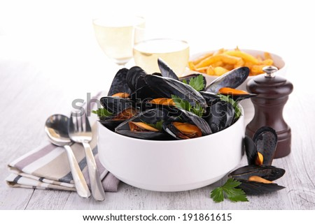 mussel with wine sauce and fries