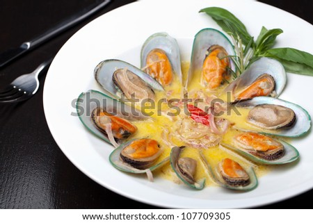 mussels cooked in white sauce