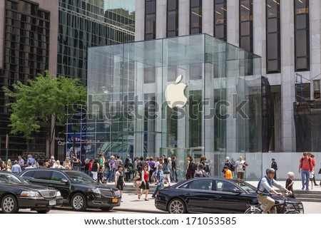 NEW YORK CITY - CIRCA MAY 2013: Apple Store cube on 5th Avenue, New York, circa May 2013. As of July 2013, Apple has 411 retail stores in 14 countries - stock photo