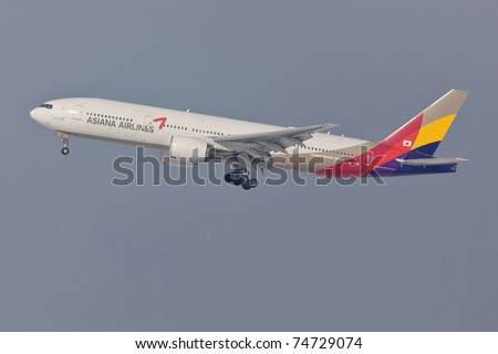 NEW YORK - JANUARY 9:Boeing 777 Asiana approaching JFK airport in New York, USA on January 9, 2011. Asiania is one of the only 4 airlines in the world rated 5 stars by Skytrax service