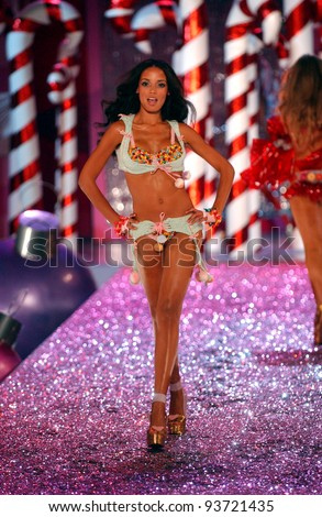NEW YORK - NOVEMBER 9: Victoria's Secret Fashion model Selita Ebanks walks the runway during the 2010 Victoria's Secret Fashion Show on November 9, 2005 at the Lexington Armory in New York City.