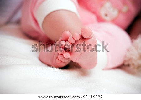 Newborn baby feet (shallow DOF)