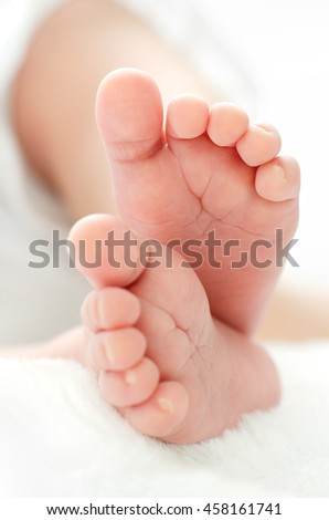 Newborn's feet for your a baby shower invitation