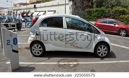 nice france june 6 2014 smart electric drive cars charging at on street stations stock photo. Black Bedroom Furniture Sets. Home Design Ideas