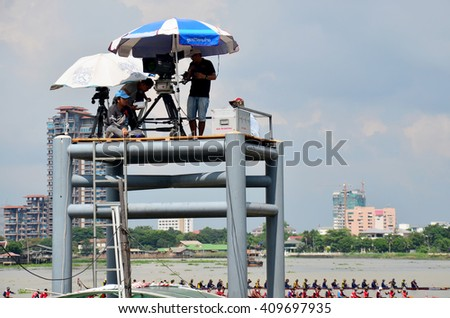 NONTHABURI, THAILAND - NOVEMBER 8 : Thai people use Digital Camcorder Video for  broadcast live Long boat Racing at Chaopraya river ?? November 8, 2015 in Nonthaburi, Thailand - stock photo