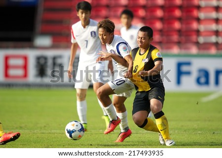 NONTHABURI THAILAND-SEPTEMBER 08:Lee Seungwoo (L) of Korea Republic in action during the AFC U-16 Championship Korea Republic and Malaysia at Muangthong Stadium on Sep08,2014,Thailand
