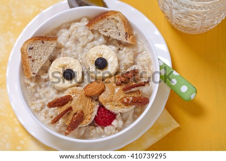 Oatmeal porridge with a kitten face decoration