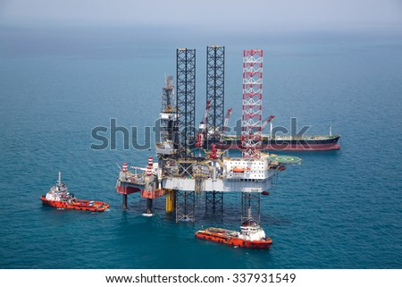 Offshore oil rig drilling platform in the gulf - stock photo
