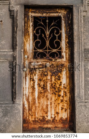 Old rusty tomb door in Pere Lachaise cemetery in Paris : tomb door - Pezcame.Com