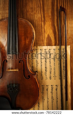 old used violin on wooden board with note - stock photo
