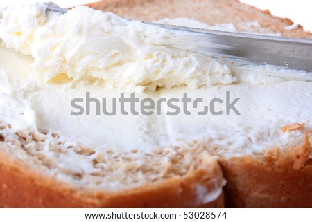 On bread with a knife smear cream cheese.