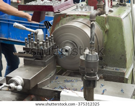 operator turning part by manual lathe machine