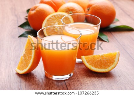 orange juice in glass with sliced ??fruit