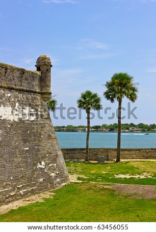 Palm trees and Fort Castillo de San Marcos , St. Augustine, Florida, US
