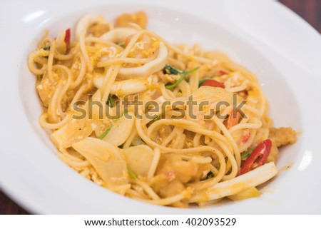 pan fried spaghetti with seafood curry
