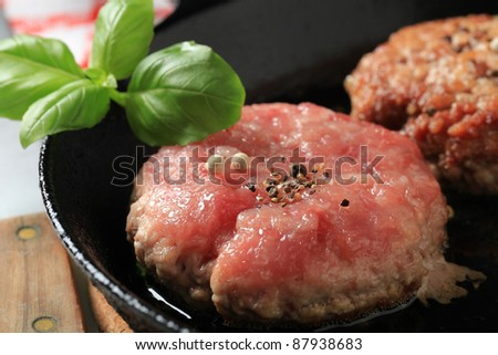 Pan frying minced meat patties
