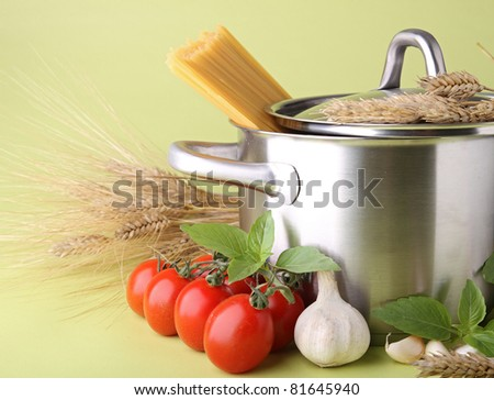 pan with spaghetti, tomato and garlic