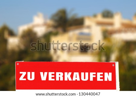 panel ZU VERKAUFEN of a luxurious historic home on the edge of the sea