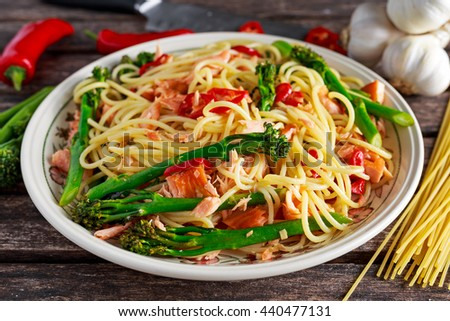 Pasta spaghetti with smoked salmon, chilli and broccoli.