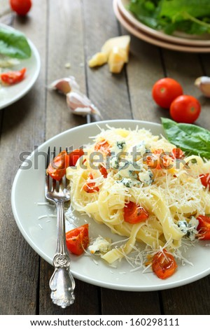 pasta with brie cheese and roasted tomatoes, food close up