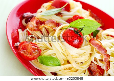 Pasta with cherry tomatoes and bacon