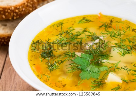 Pea soup with herbs and bread with sesame seeds.