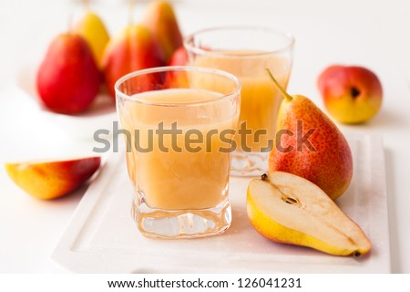pear juice and fresh pears on the table