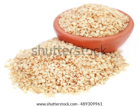 Peeled sesame seeds in a pottery
