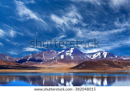 Peiku Tso Lake, Tibet. Lake is at 4,591 meters elevation on the Tibetan Plateau, 18 km south of the Yarlung Tsangpo (Brahmaputra) River. - stock photo