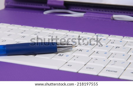 pen  over tablet keyboard